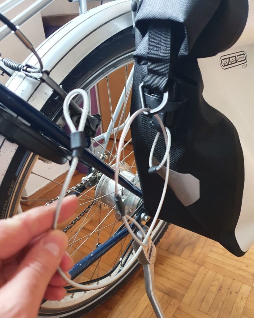 Kabeldurchführung zur Diebstahlsicherung der Ortlieb-Taschen