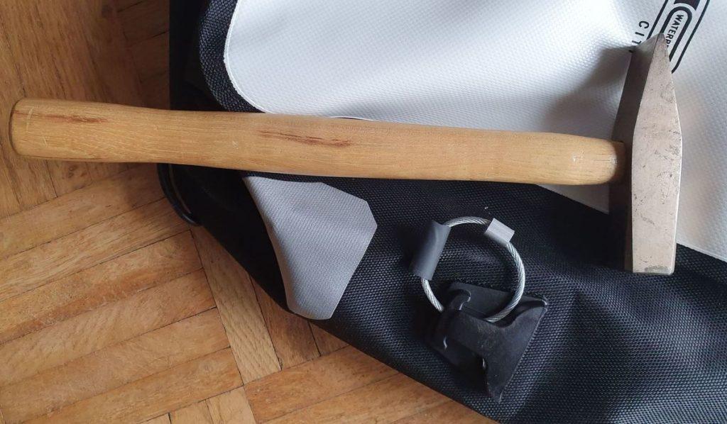 Den Ringe befestigen für die Diebstahlsicherung der-Ortlieb-Taschen