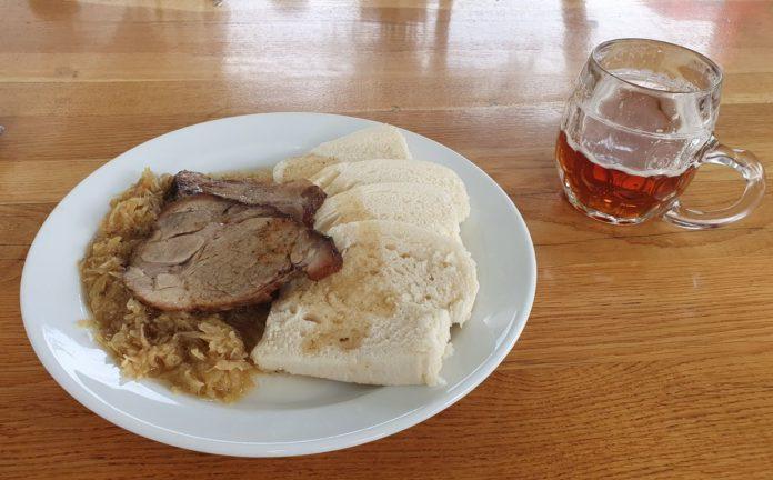 Böhmische Knödel mit Schweinebraten und Sauerkraut