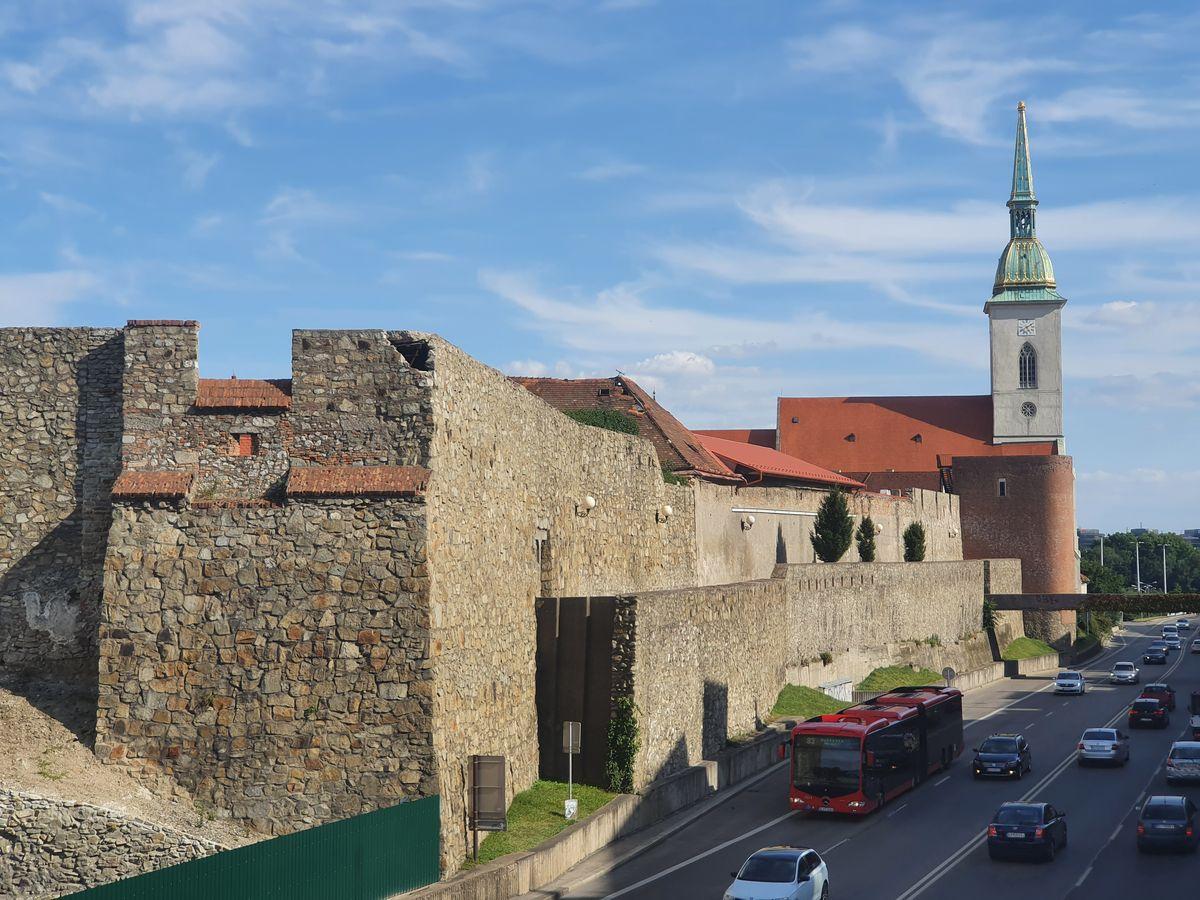 Stadtmauer und Martinsdom in Bratislava