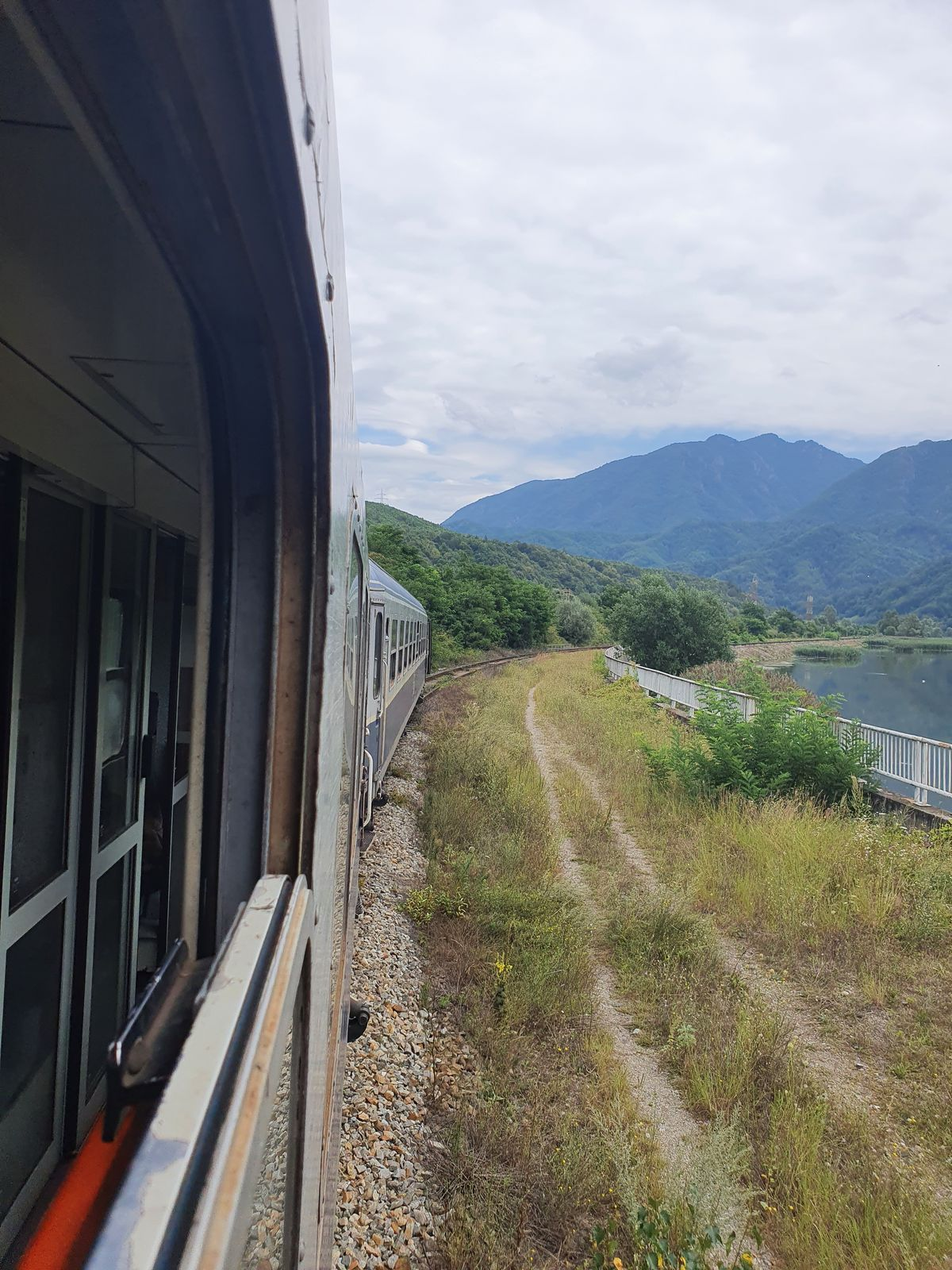 Aus dem Zug heraus bei Proieni