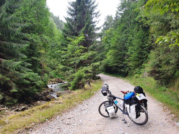 Fahrrad in den Karpaten weit hinter Râu Sadului