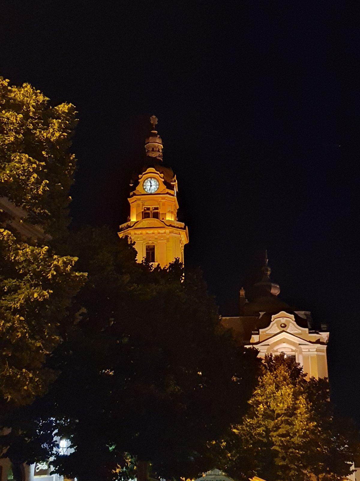 Pécs bei Nacht