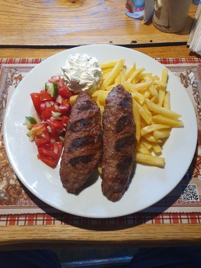Serbische Pljeskavica mit Käse gefüllt