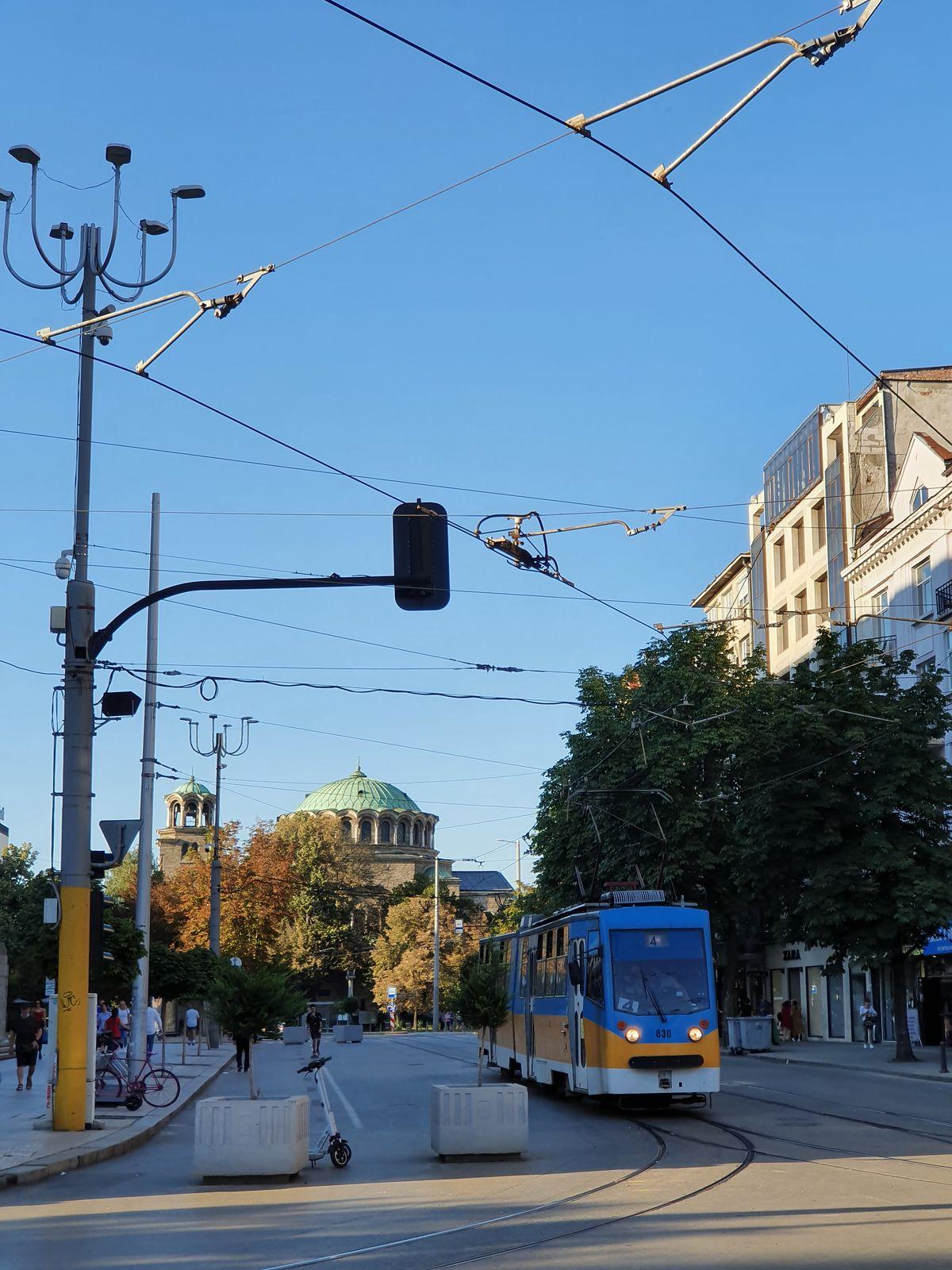 Sofia - Straßenbahn mit Blick auf die Kathedrale Sweta Nedelja