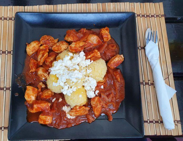 Tomatenhuhn mit Mamaliga und Schafskäse