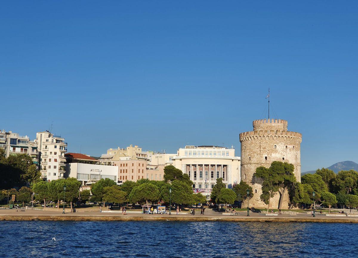Weißer Turm von Thessaloniki vom Meer aus