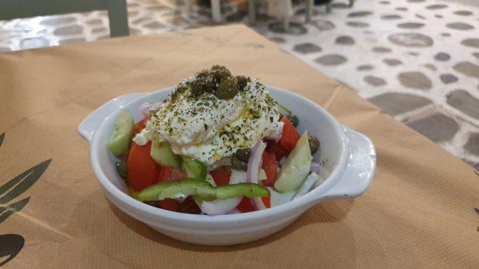 Naxos Salat mit Xynomizithra Käse