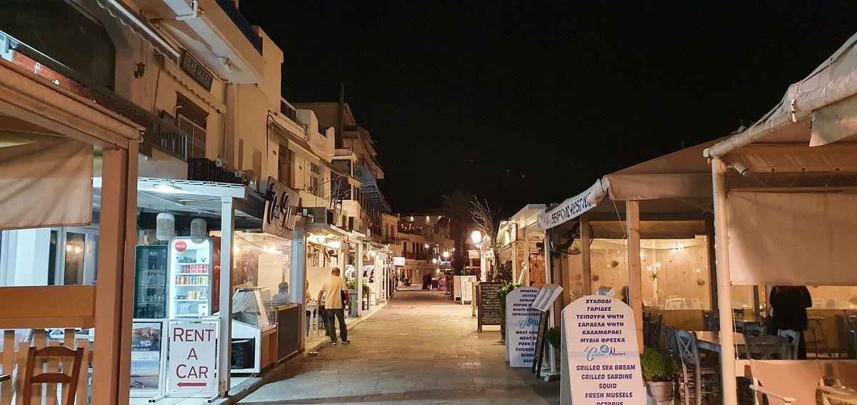 Naxos Stadt bei Nacht