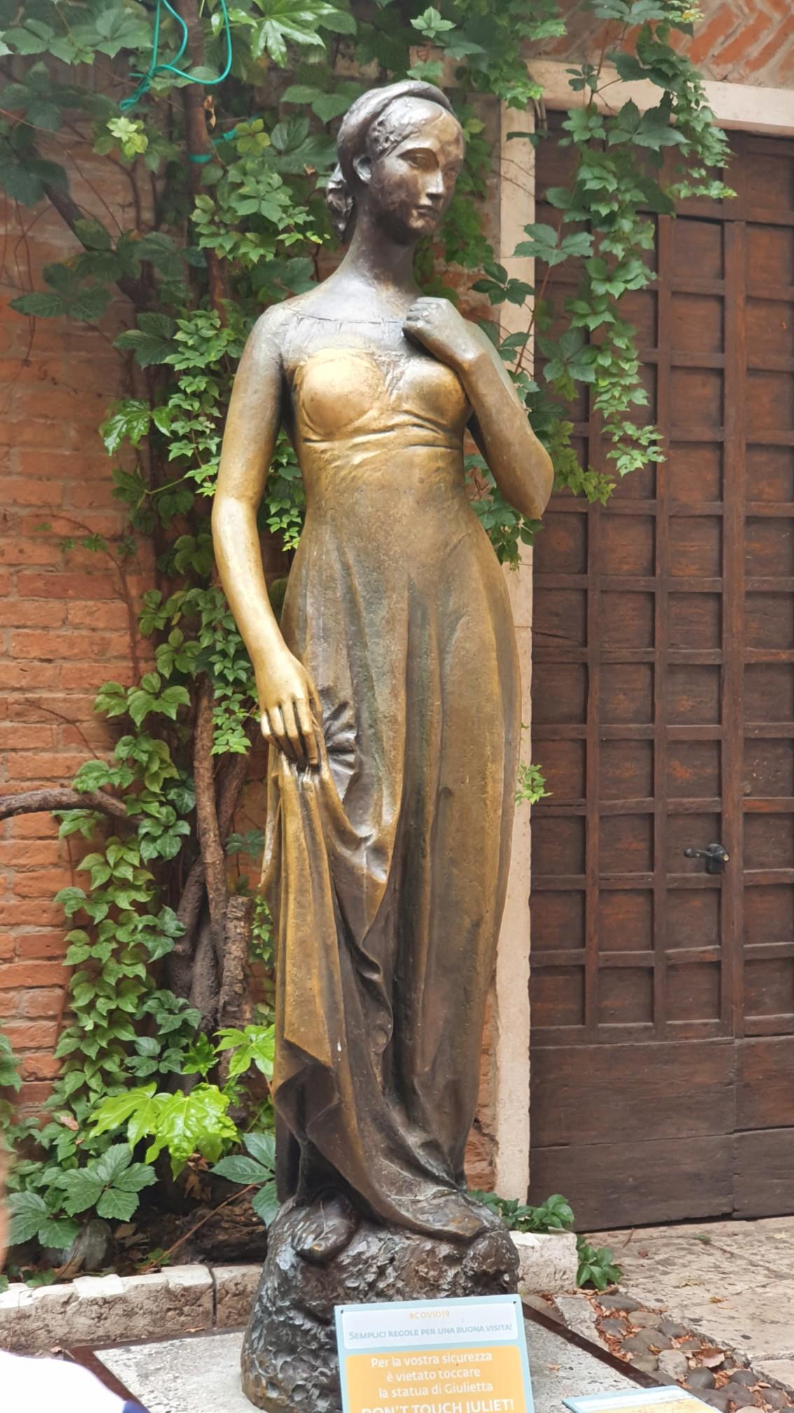 Julia Statur am Casa di Giulietta in Verona