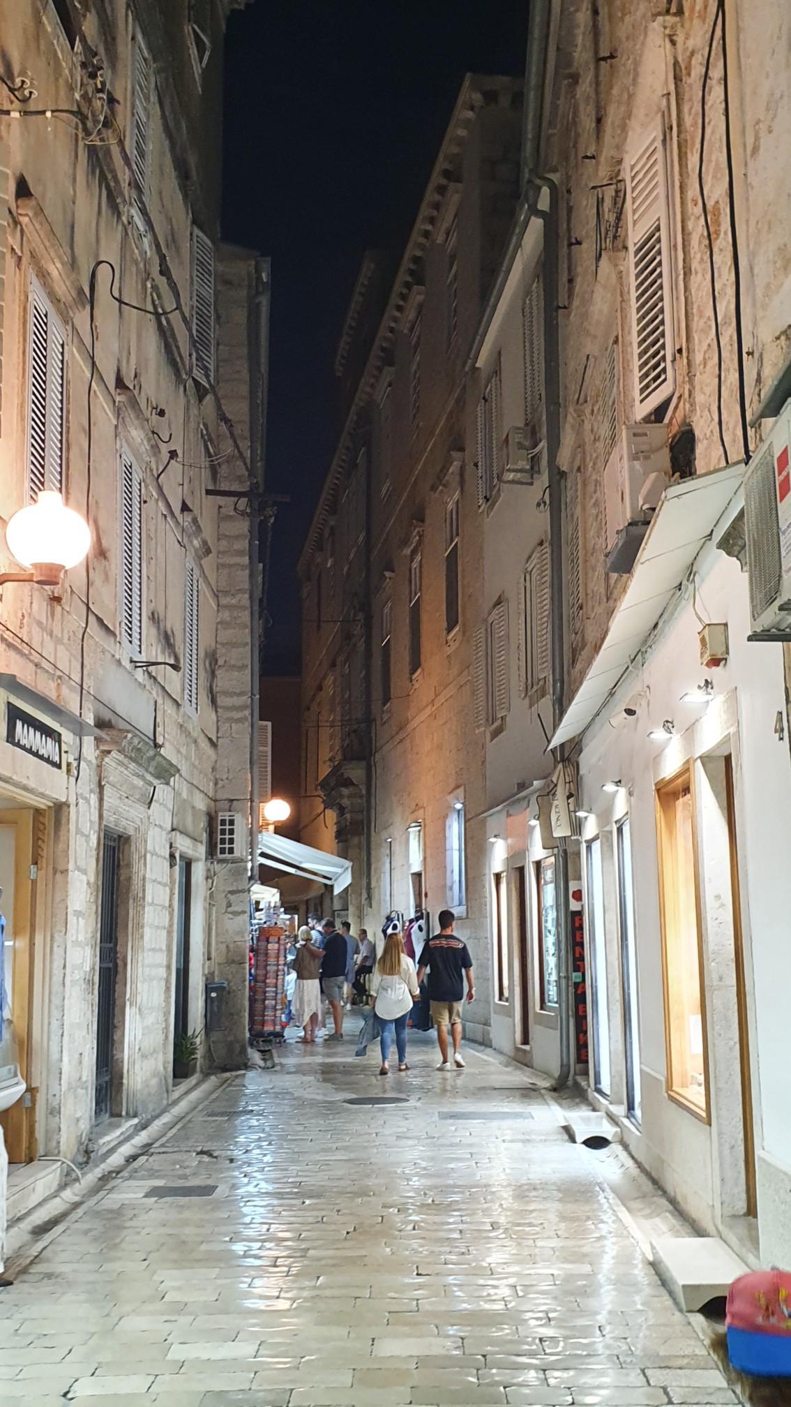 Zadar Altstadt bei Nacht