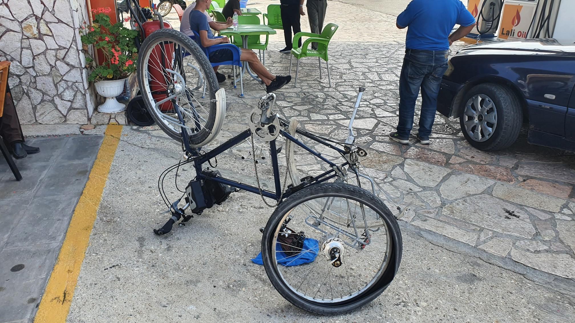 Fahrradreparatur vor der Grenze Albanien Griechenland